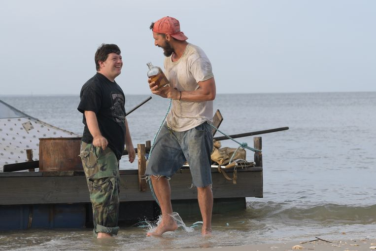 Zack Gottsagen en Shia LaBeouf in The Peanut Butter Falcon. Beeld null