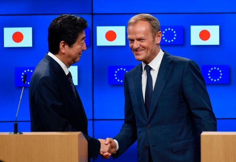 De Japanse premier Shinzo Abe met de voorzitter van de Europese Raad, Donald Tusk. Beeld null