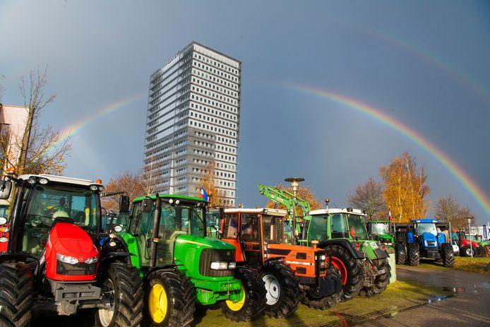 Met 150 tractors kwamen boze boeren van de Veluwe en uit de Gelderse Vallei in november naar het waterschapskantoor in Apeldoorn.