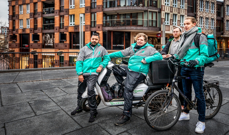 Deliveroo-koeriers (v.l.n.r.) Parvez, Martijn, Peter  en David.  Beeld Raymond Rutting / de Volkskrant