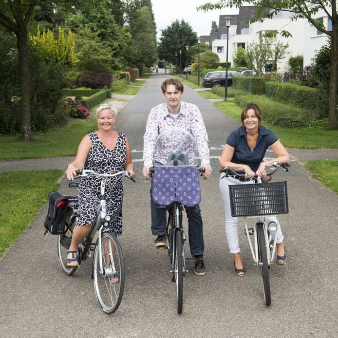 Mike Beumer, Annette Nijveen (links) en Monique van der Harst op de Veenhuizerweg. Foto Kevin Hagens