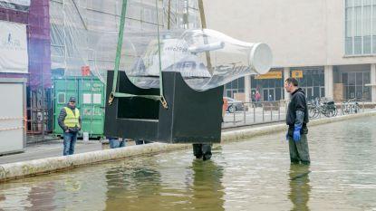 Oorlogsschip in grote melkfles prijkt voor kursaal in Oostende