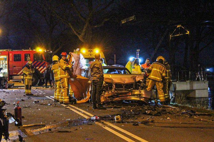 De ravage na het ongeval in Loenen waarbij meerdere voertuigen betrokken waren.
