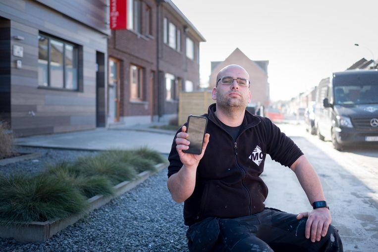 Marc Cloots met zijn gsm, waarop hij nog amper ontvangst heeft.