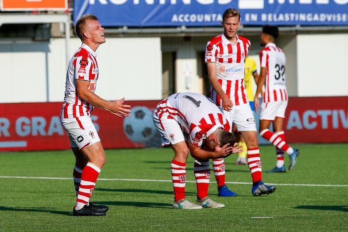 TOP Oss baalt nadat leidsman Erwin Blank Cambuur een penalty geeft.