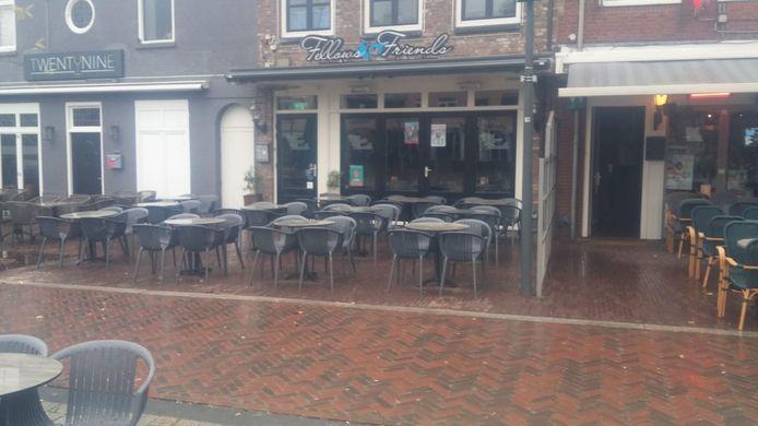 Geen palen meer te zien op het terras van Fellows & Friends in Veghel. De palen van de zonwering zijn weggehaald.
