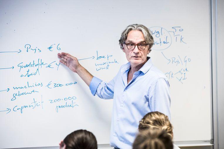 Ton van Haperen heeft een boek geschreven over wat er mis is in het Nederlandse onderwijs. Gefotografeerd tijdens een les in het Rythovius Colege in Eersel bij Eindhoven Beeld Waldthausen Marlena