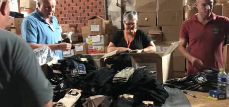 Personeel Heutink Rijssen deelt schoenen en sokken uit aan vluchtelingen op Lesbos