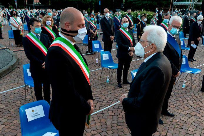 De Italiaanse president Sergio Mattarella (R)in gesprek met burgemeester Camillo Bertocchi van  Alzano Lombardo.