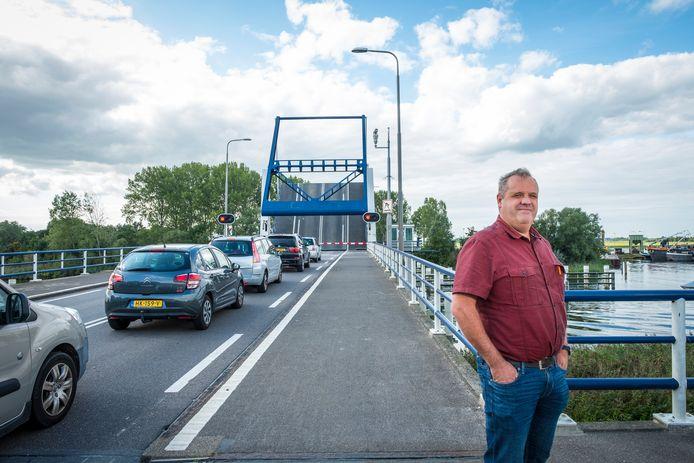 Gertjan van der Heide moet voor zijn werk elke dag de brug over, van Elburg naar de polder. Hij is het zat en wil het probleem 'serieus onder de aandacht brengen'.