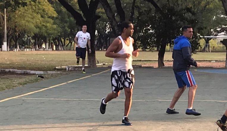 Ronaldinho tijdens de wedstrijd in de gevangenis.