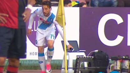 Zijn twee goals zag iedereen, maar wat doet Dries Mertens hier met smartphone in volle match?