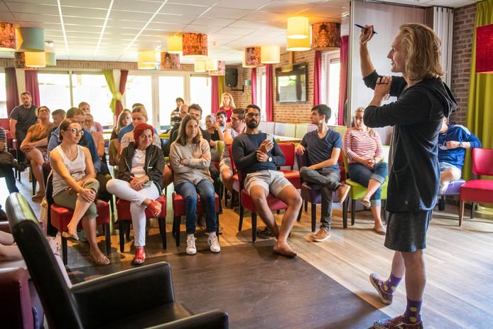 De Finse student Konste Ounasli overwint zijn stotterangsten tijdens een workshop Public Speaking bij de Internationale week voor mensen die stotteren in Lemele.