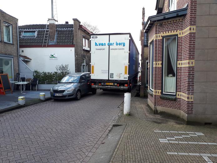 Vrachtwagens kunnen nauwelijks door de Dorpsstraat van Gouderak.