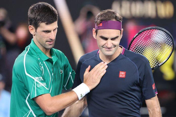Djokovic (l) met Roger Federer na hun partij in de halve finale van de Australian Open. Djokovic won in drie sets.