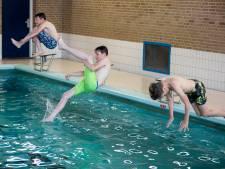 Springers maken spetters tot het dak tijdens voorronde NK Bommetje in Naaldwijk