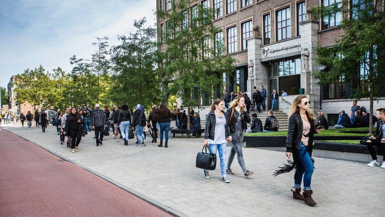Ingang van het Wibauthuis, het grootste gebouw van de Amstelcampus van de Hogeschool van Amsterdam. Beeld Eva Plevier