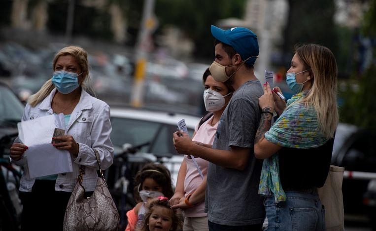 Mensen staan in de rij om getest te worden in Sofia, de hoofdstad van Bulgarije.  Beeld EPA