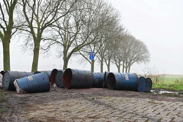 De gedumpte vaten in Prinsenbeek.