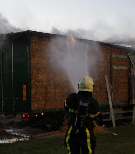 Vrachtwagen met hooi in brand bij Hank