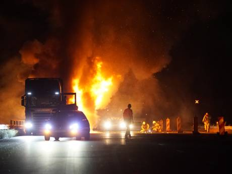 Vlammenzee op de snelweg, A1 vlakbij Deventer hele ochtend nog deels op slot vanwege brandende truck