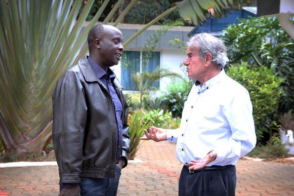 Tob Cohen met zijn advocaat Danstan Omari voor zijn huis.