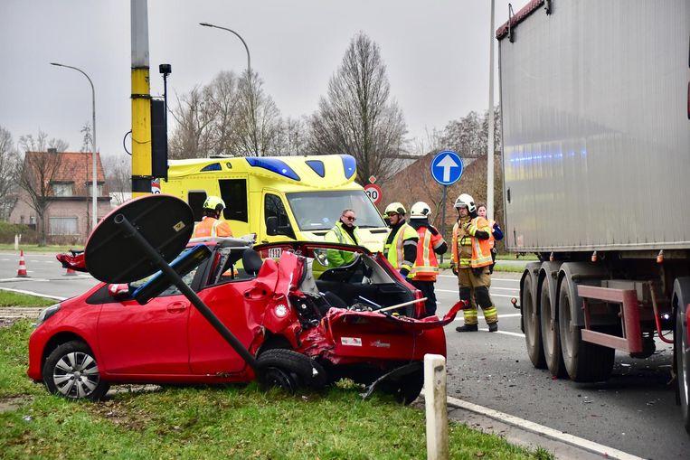 Chauffeur Bjorn Mahieu (36) uit Bavikhove liepvrij zware verwondingen op nadat zijn Toyota werd aangereden door een truck.