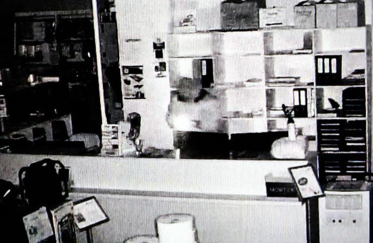 De dader doorzocht eerst de balie van de winkel.