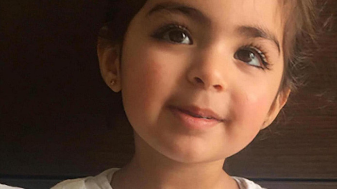 De nu 3-jarige Insiya Hemani werd in 2016 ontvoerd naar India.