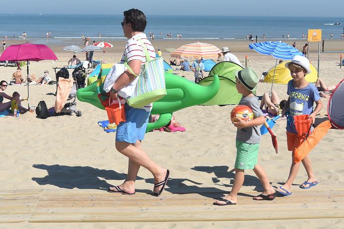 Het strand is het toneel van zon en zomerpret.