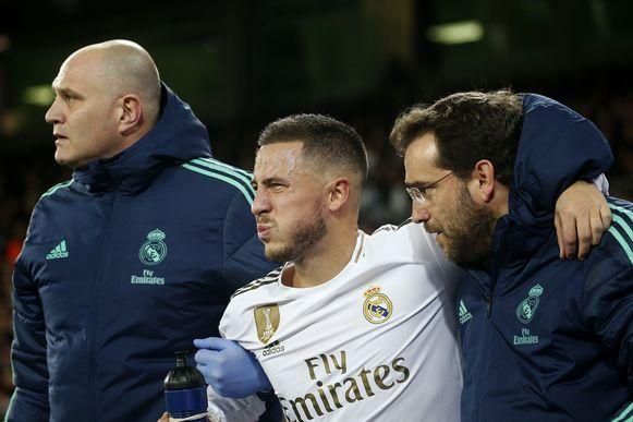 26 november vorig jaar: Hazard wordt door de Real-dokters van het veld gedragen na een tik van Thomas Meunier.