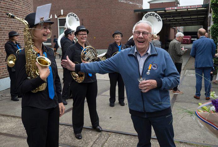 Wim Grevers (81) krijgt zijn decoratie als Lid in de Orde van Oranje Nassau. Hij is gastheer en conciërge van verenigingsgebouw De Klephoorn en zet zich al sinds 1995 in voor de Christelijke Muziekvereniging Eendracht en de vereniging Winterswijks Muziek Theater.