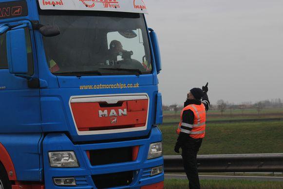 Aan de afrit in Oostduinkerke maakt de politie  een vrachtwagenchauffeur duidelijk dat hij rechtsomkeer moet maken. De grens met Frankrijk is niet bereikbaar voor vrachtverkeer.