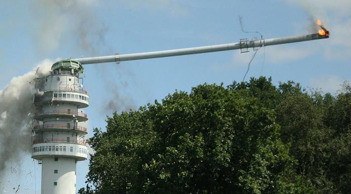De zendmast in Hoogersmilde stort vrijdag na een brand gedeeltelijk in.