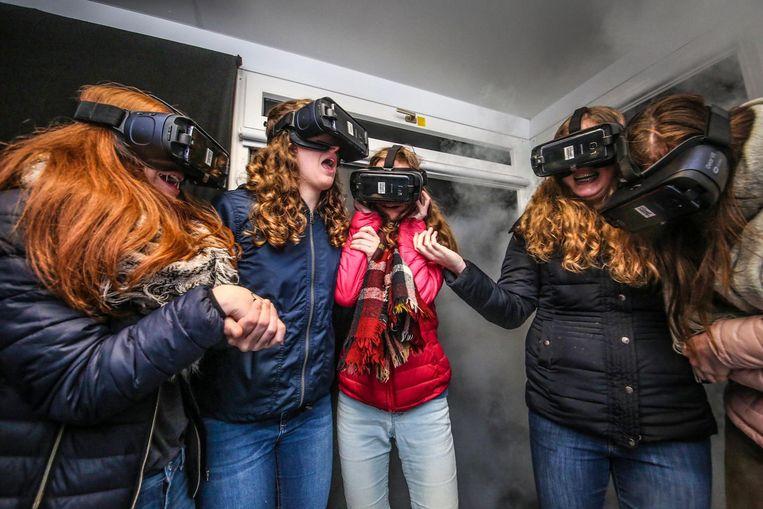 Terwijl de Box - de container van Infrabel - trilt, houden de meisjes angstig elkaars hand vast.