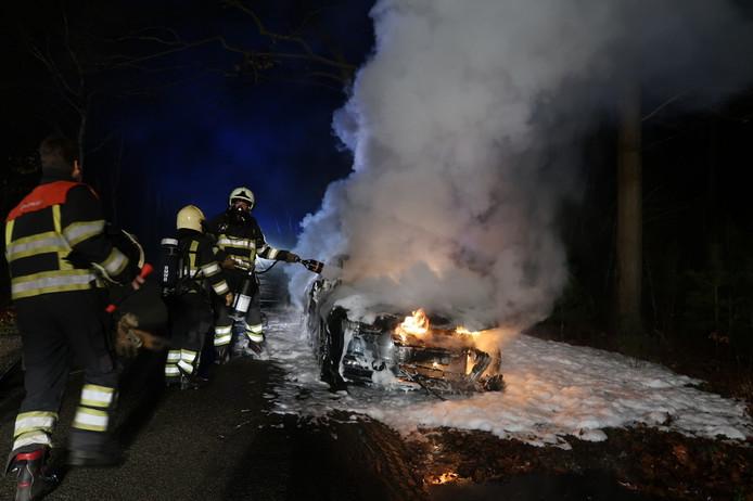 Auto gedumpt en in brand gestoken in Alphen