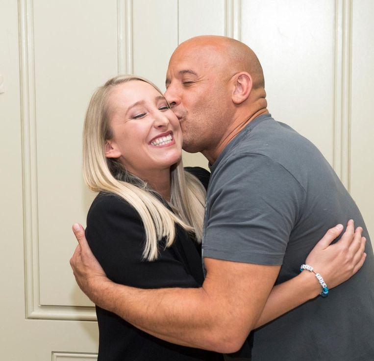 Onze Hollywoodreporter Kristien Morato krijgt een verjaardagskus van acteur Vin Diesel.