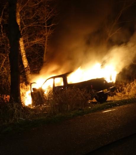 Pick-up brandt uit langs Moeshoekweg in Slagharen