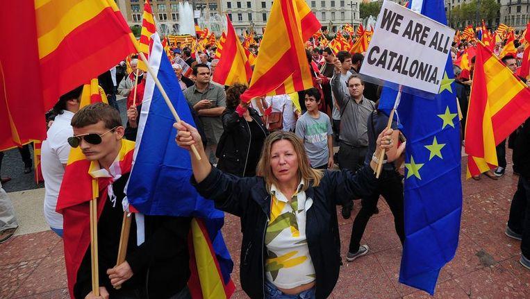 Niet alle Catalanen zijn voor onafhankelijkheid, zoals uit deze demonstratie blijkt. Toch lijkt in de Spaanse regio de geest uit de fles. Vorige maand bracht een demonstratie voor onafhankelijkheid bijna een miljoen mensen op de been. Beeld afp