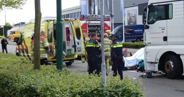 Fietser bekneld bij aanrijding met vrachtwagen in Veenendaal.