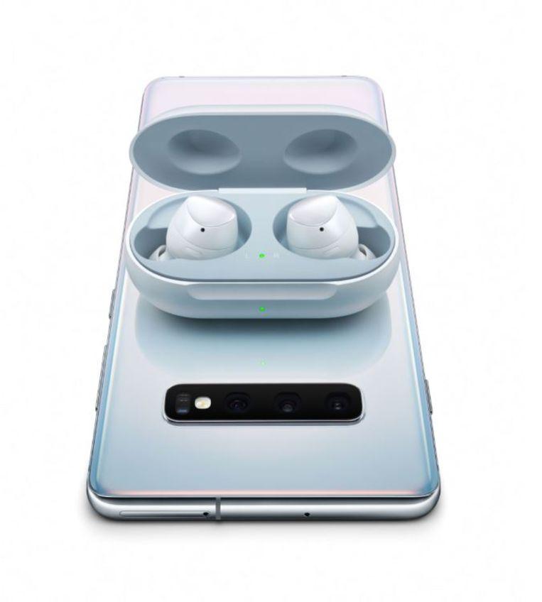 De nieuwe oordopjes ('buds') kunnen draadloos worden opgeladen door ze op een Galaxy S10 te leggen. Beeld Samsung