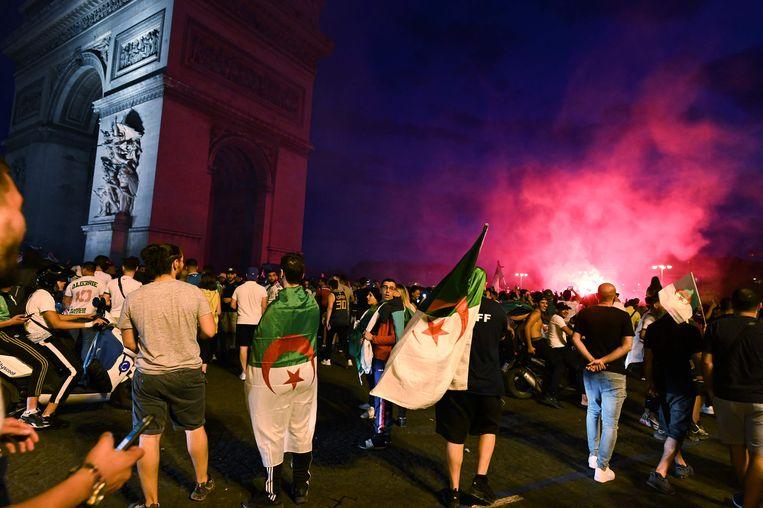Supporters van het Algerijnse team vieren feest in Parijs.