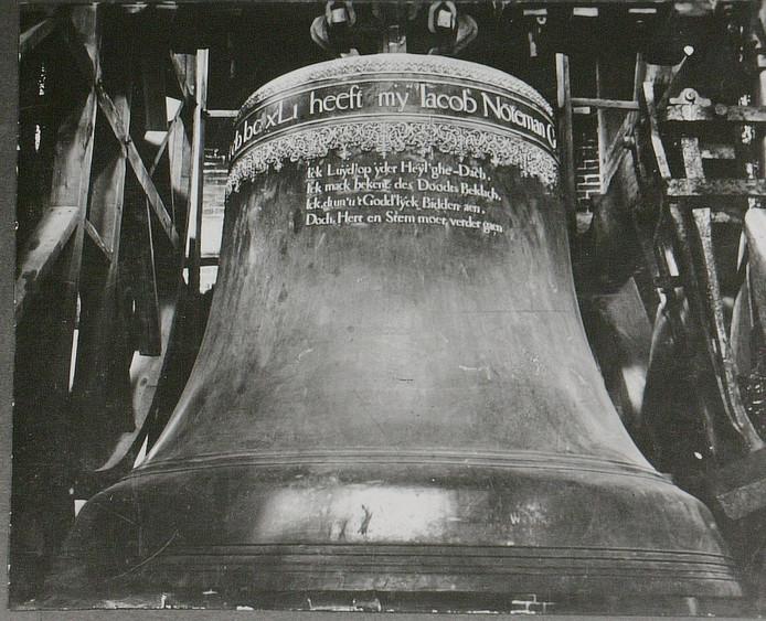 Klok 'De Noteman' in de klokkenstoel van de Sint-Janskathedraal. Gewicht geschat op 5500 kilo.