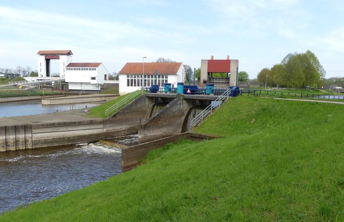 De sluis bij Eefde. Op de voorgrond in het midden de aflaat, waar het Berkelwater een kleine twee meter omlaag stort in de IJssel. Hier moet de waterkrachtcentrale komen.