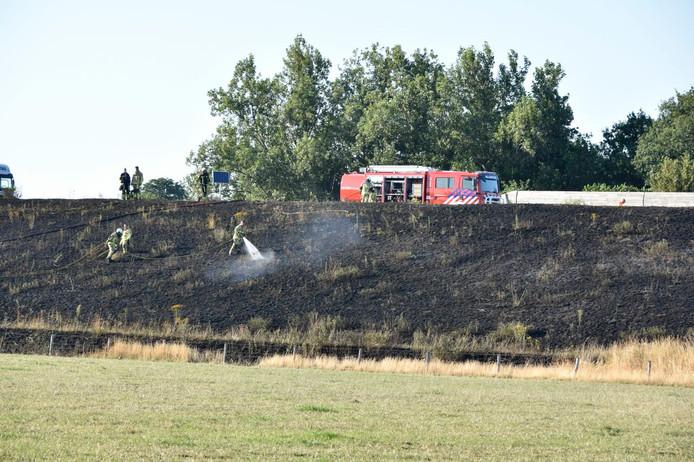 Op het talud van de N35 bij Wierden was de berm door nog onbekende oorzaak in brand geraakt. Wegverkeer en de trein werden enige tijd stilgelegd.