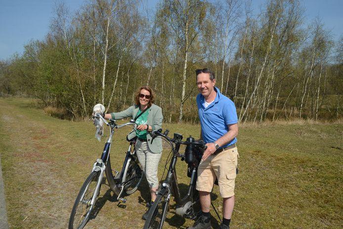 Wim en Caroline Geelhoed op pad in de Zeepeduinen bij Burgh-Haamstede.