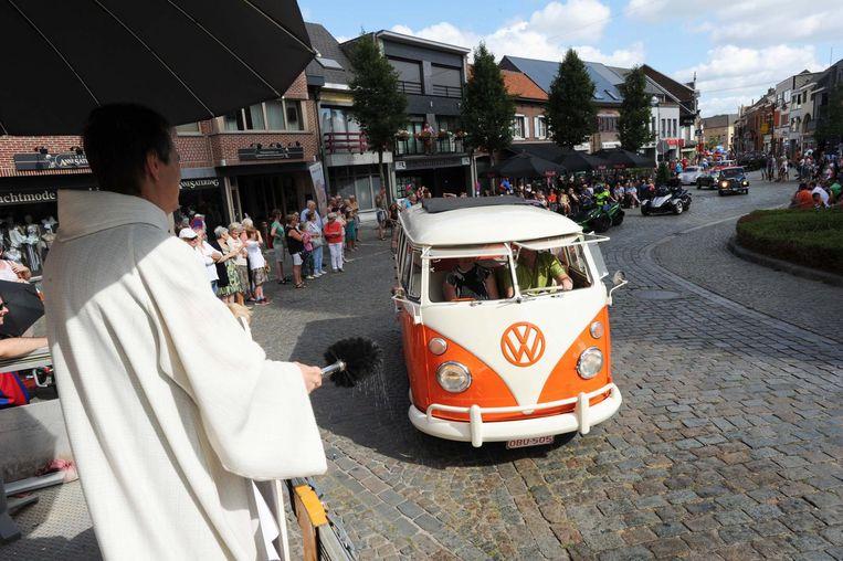 De priester trotseerde vorig jaar de hitte om alle voertuigen te verzekeren van de nodige spirituele bescherming.