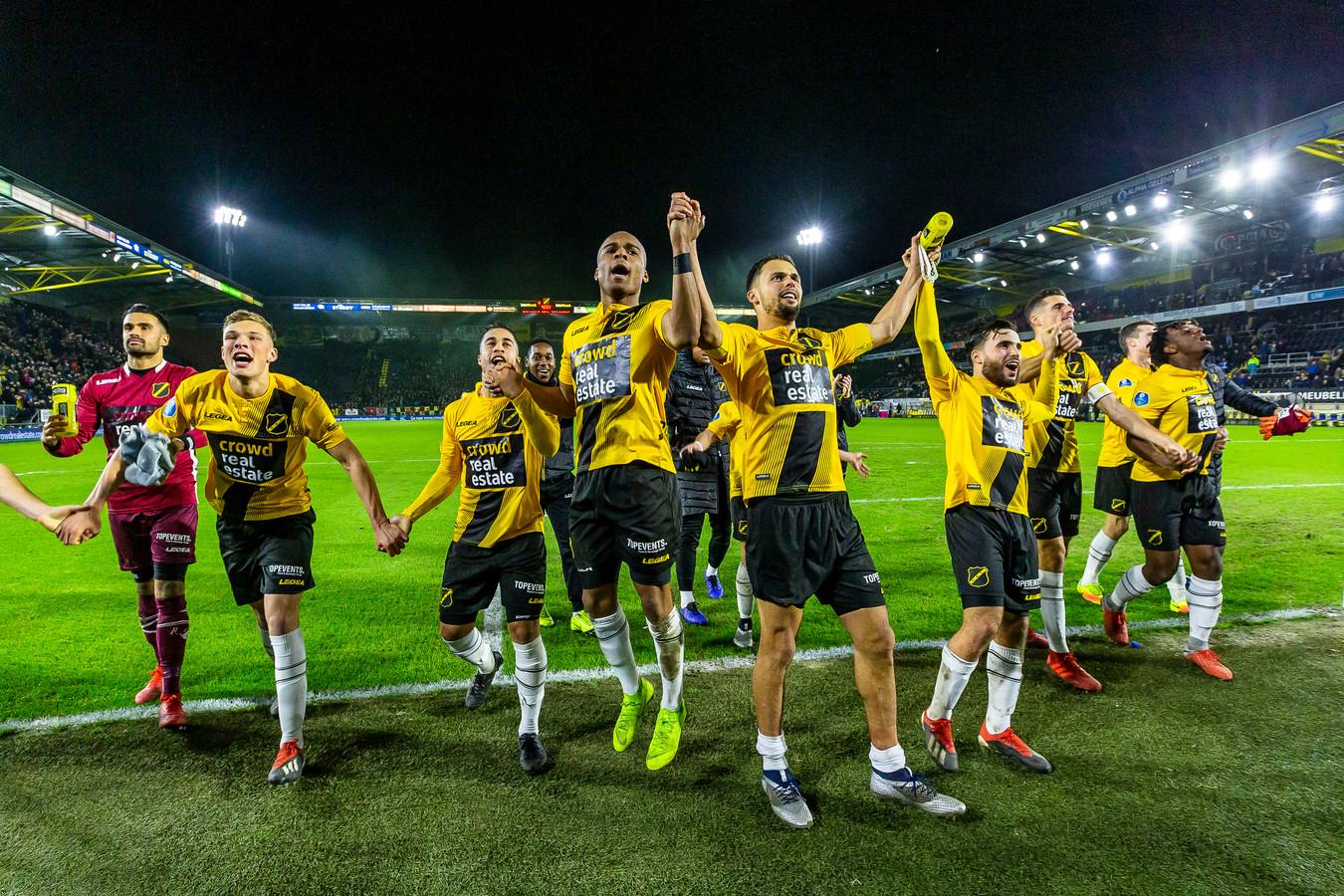 NAC verslaat Heerenveen. Op het shirt eenmalig promotie voor de  crowdfundingsactie.