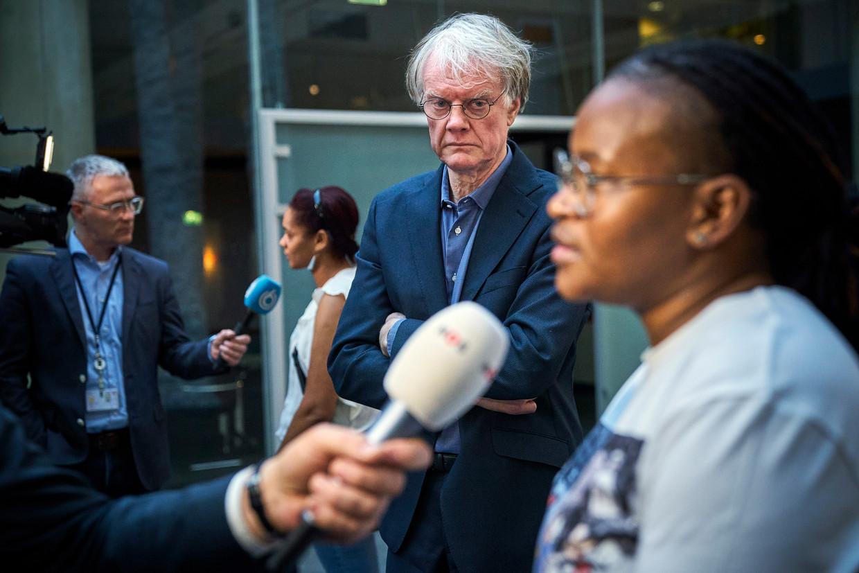 Gjalt Jellesma, voorzitter van Ouderorganisatie Boink en een gedupeerde ouder na afloop van een gesprek van minister Wopke Hoekstra van Financien met gedupeerde ouders over de toeslagenaffaire.