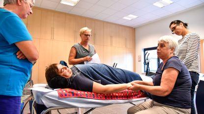 Minder stress door aromatische massage van handen en onderarmen
